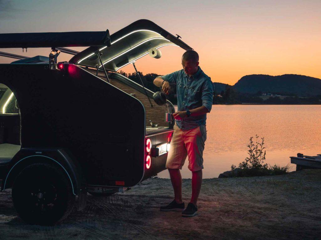 Kasper med en liten campingvogn, X-Line, fra Lifestyle Camper